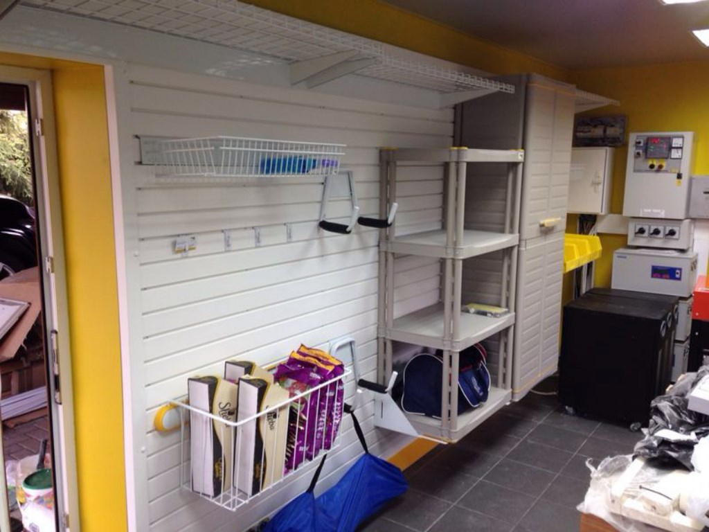 Обустройство хозблока с покраской стен в фирменный желтый цвет