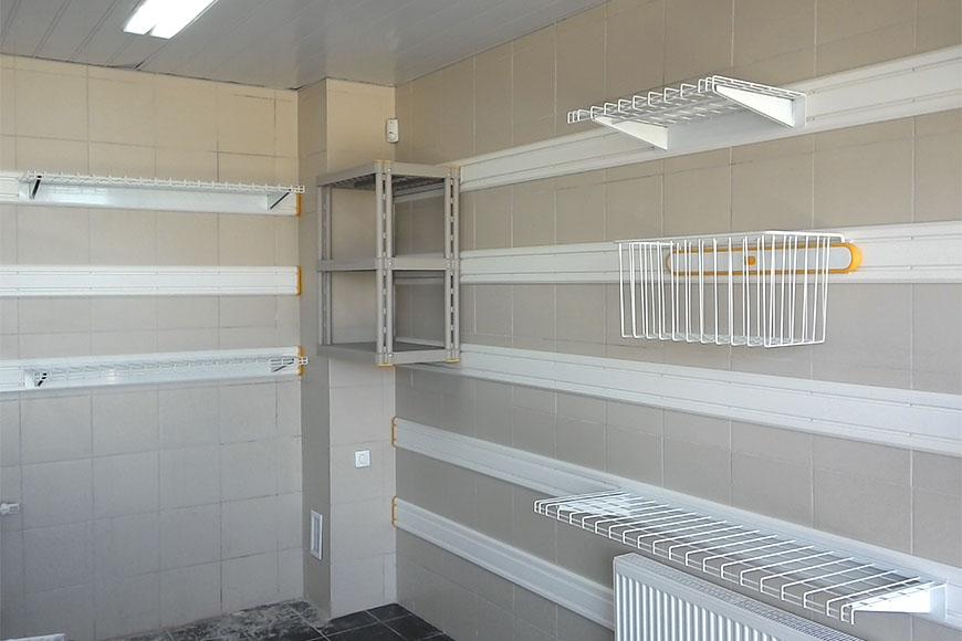 Организация системы хранения на треках в гараже с отделкой плиткой