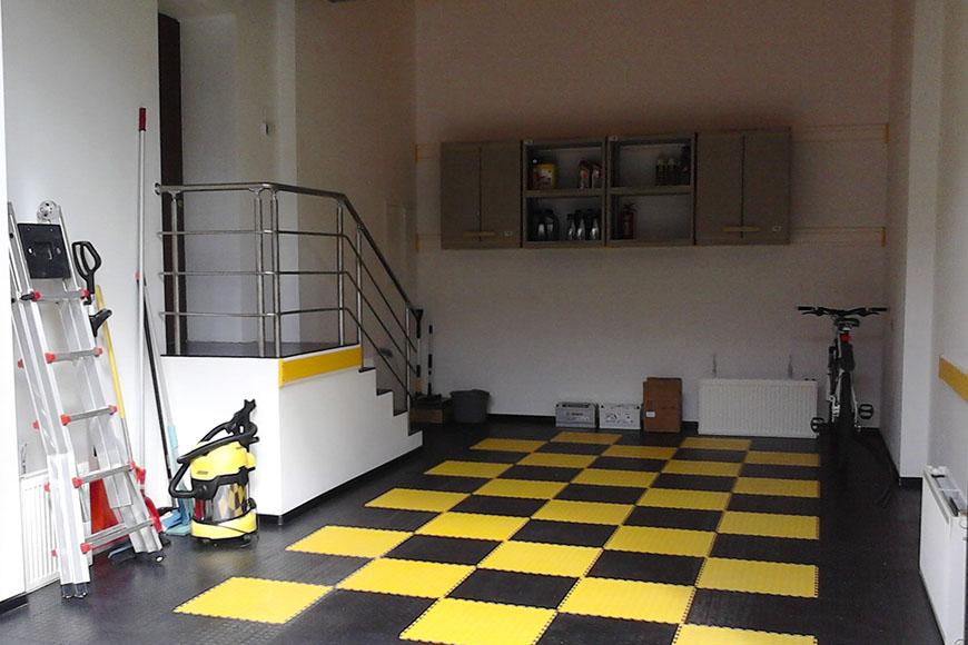 Пластиковый пол из ПВХ плиток в гараже