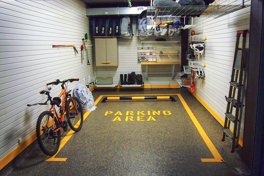 Полимерный пол с выделенной зоной парковки в боксе многоуровневого ГСК