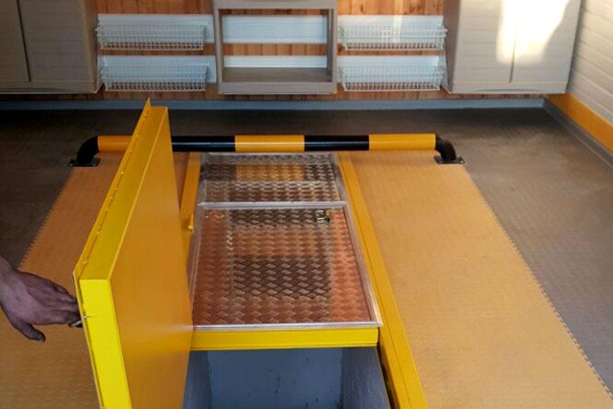 Установка люка и устройство пола из ПВХ-плитки в гараже с ямой